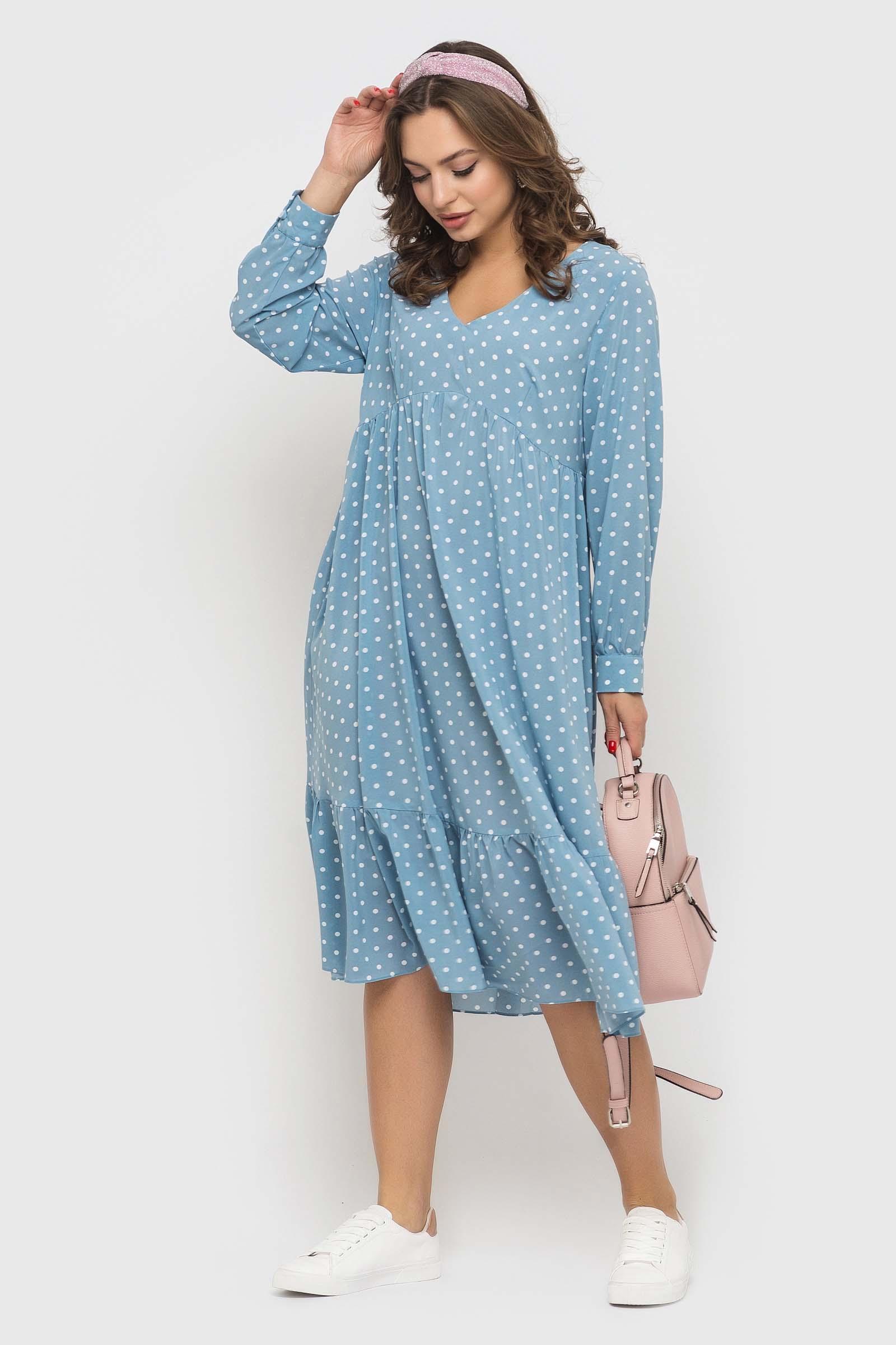 Женственное голубое платье в горошек