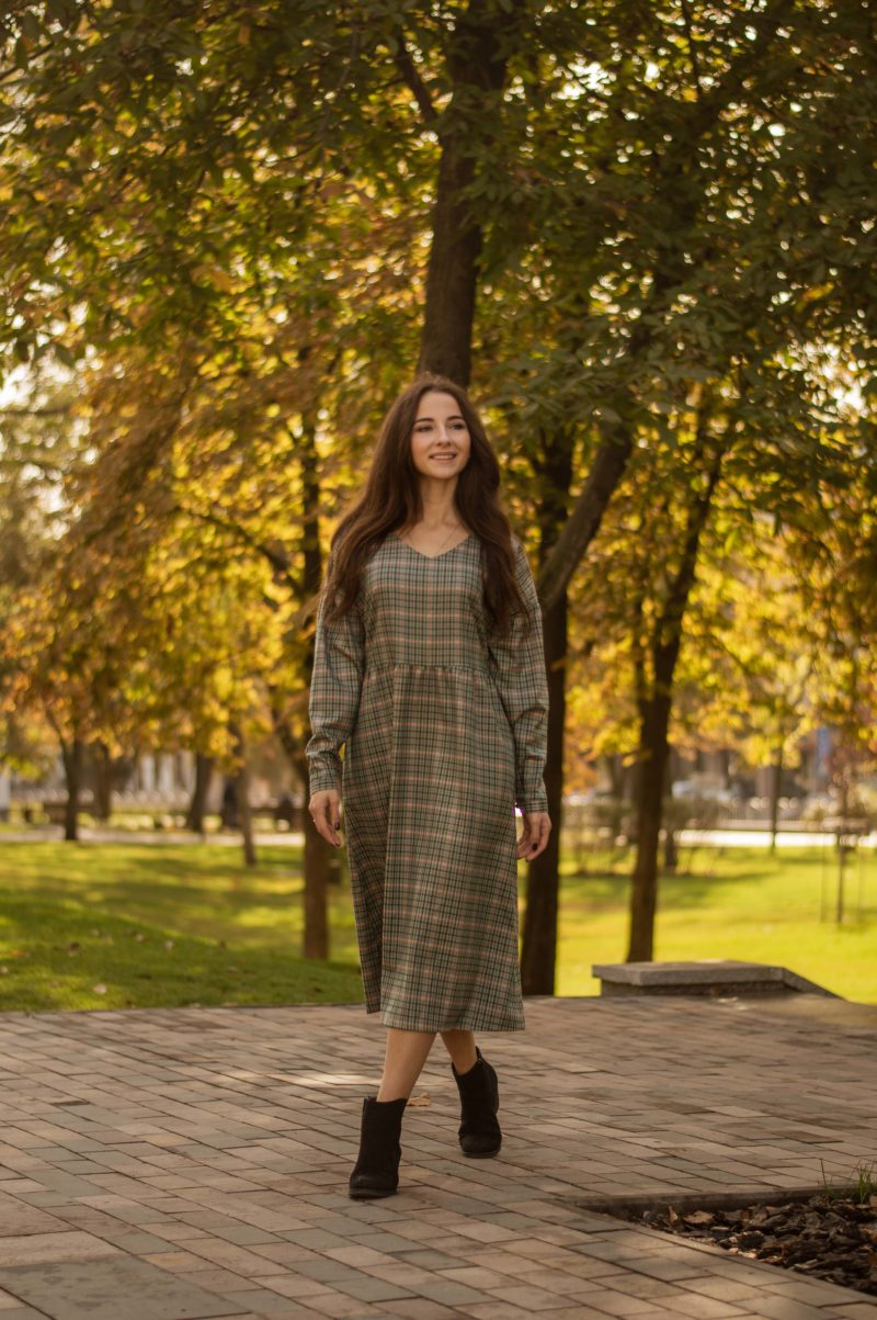 Стильное платье в клетку из полушерсти