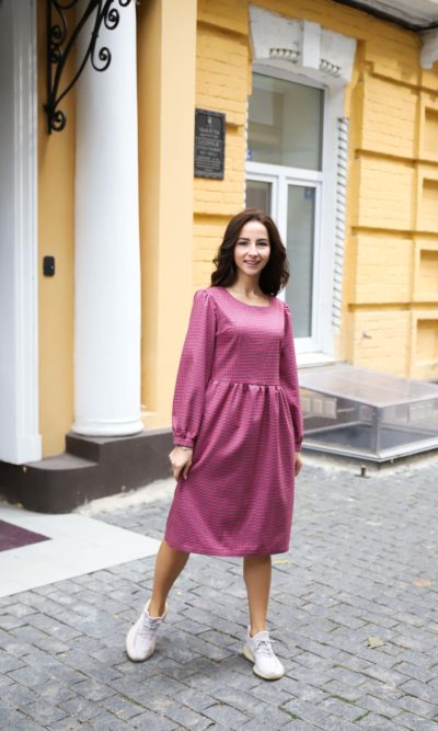 Розовое платье из теплой ткани
