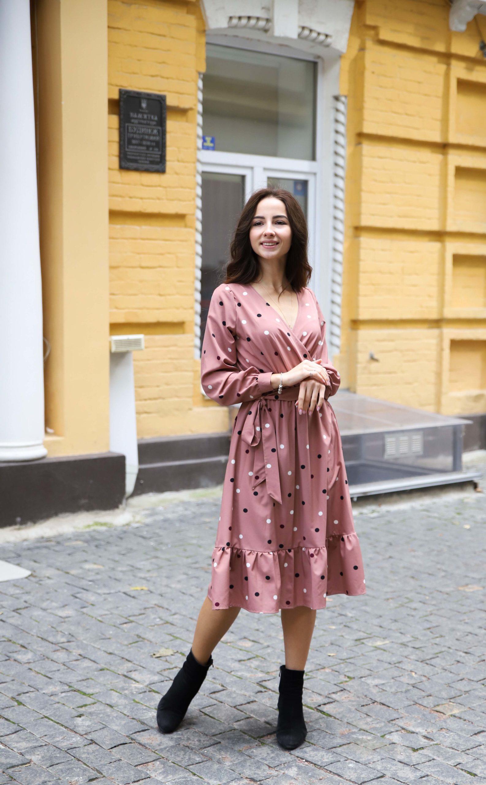 Стильное платье в горошек на запах