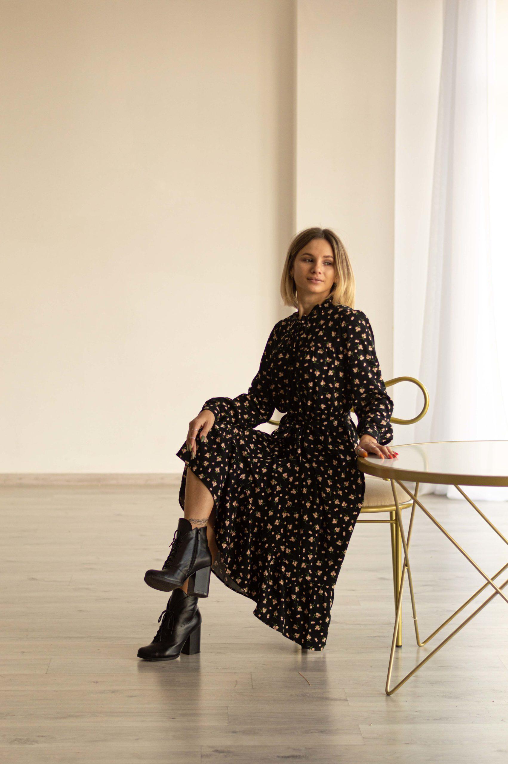 Черное стильное платье из штапеля