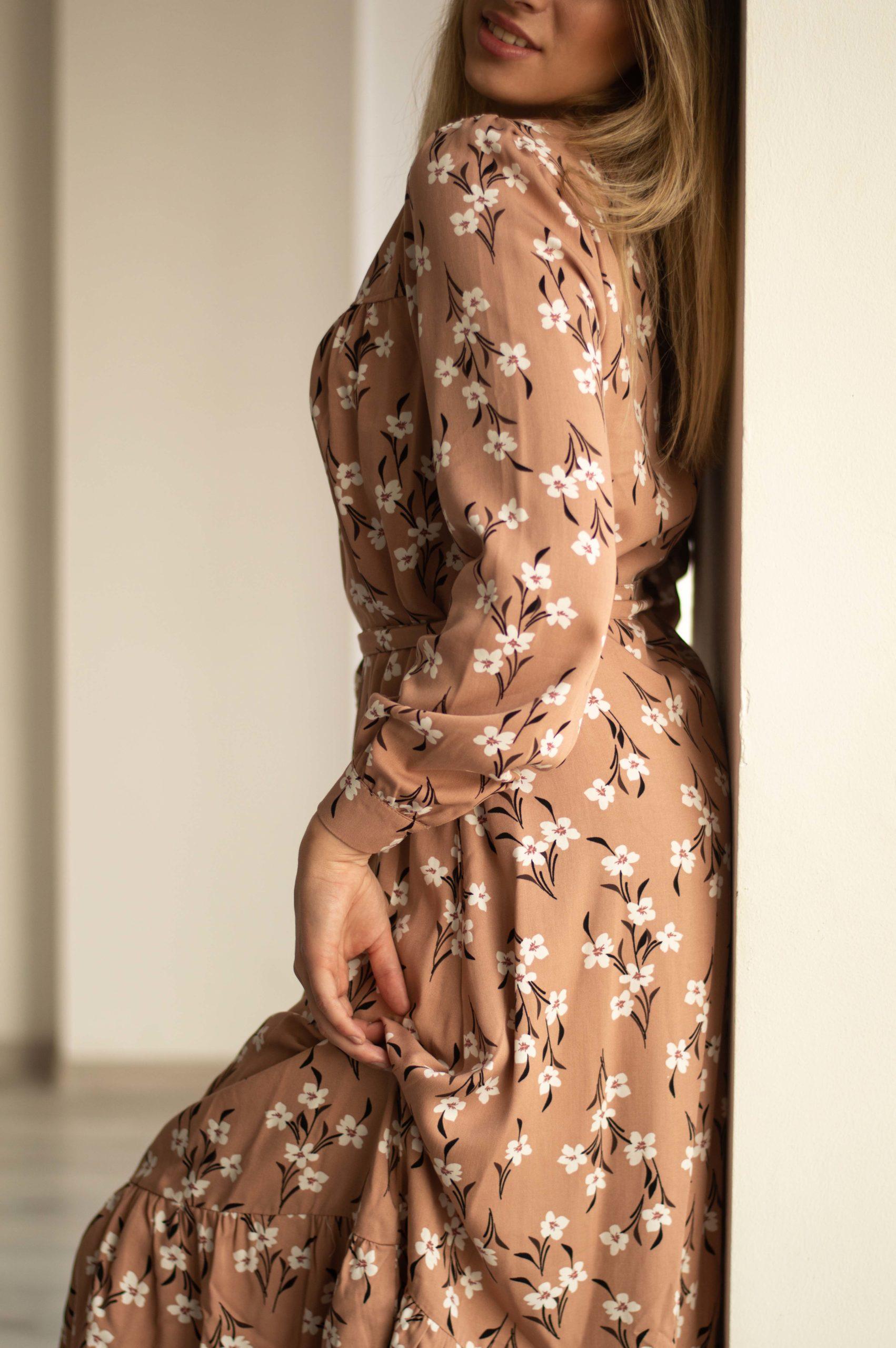 Бежевое платье в цветочек из штапеля
