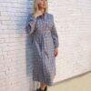 Серое платье в клетку с поясом