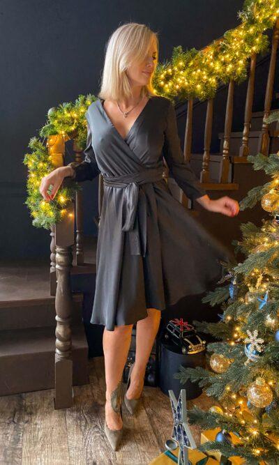 Черное шелковое платье на запах