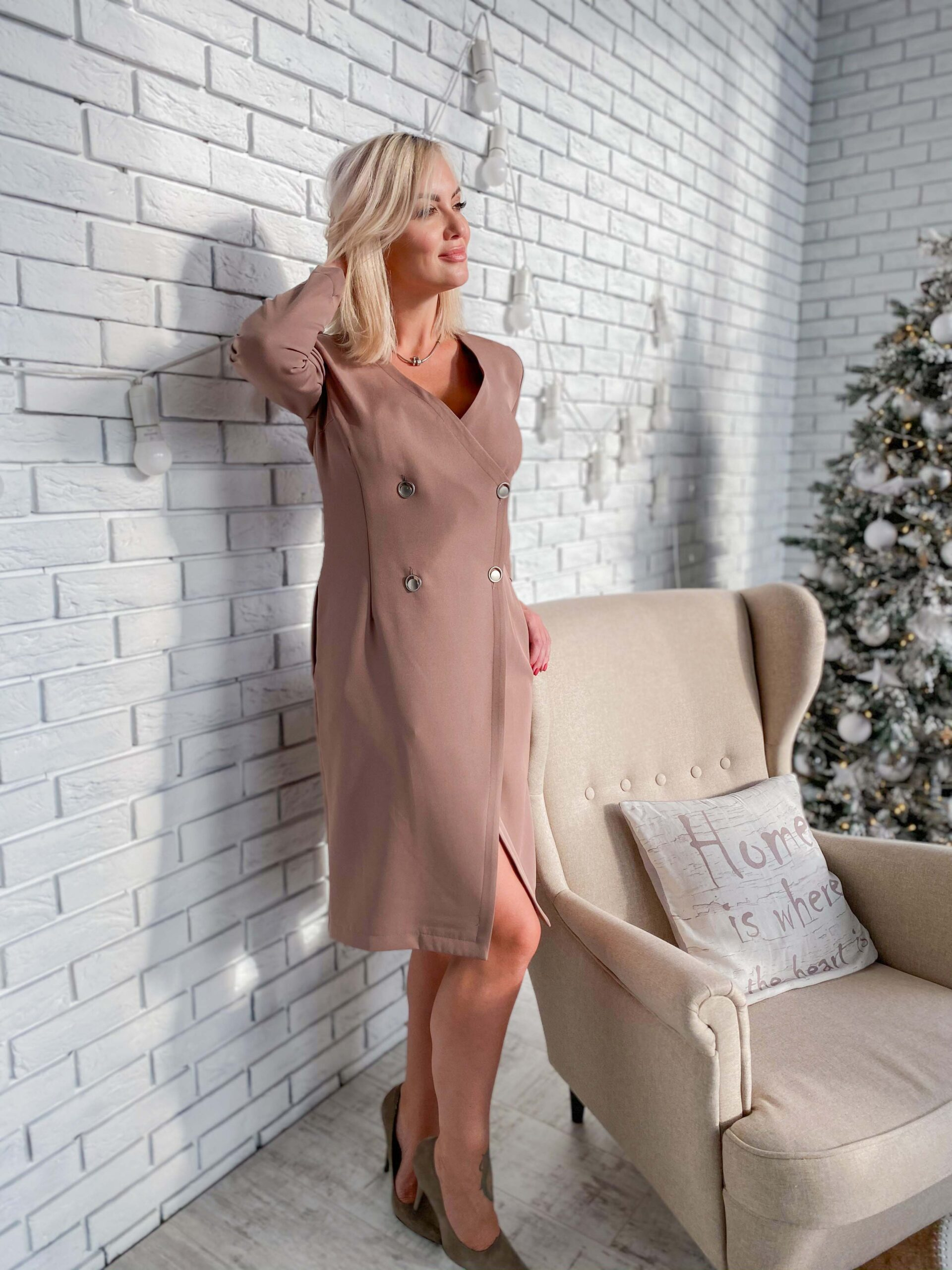 Платье цвета латте на запах