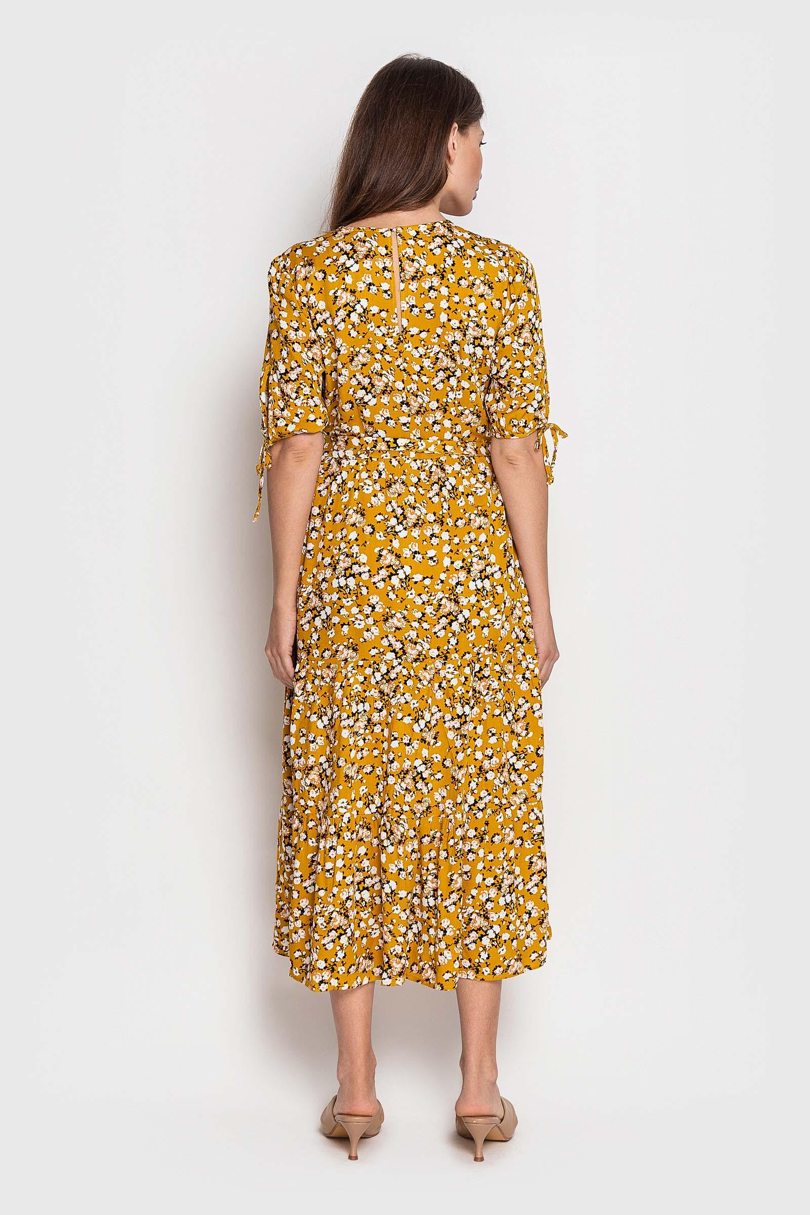 Желтое в цветочек платье с поясом